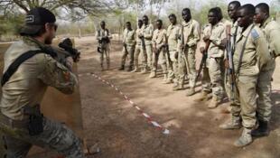 Sojin Burkina Faso da na Austria yayin atasaye a gaf da birnin Ouagadougo