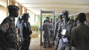 Des soldats burkinabè procèdent aux contrôles de sécurité à la Haute cour de justice de Ouagadougou. (Image d'illustration)