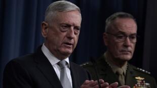 Le secrétaire américain à la Défense, Jim Mattis, aux côté du général Joseph Dunford lors d'un point presse au Pentagon le 13 avril 2018.