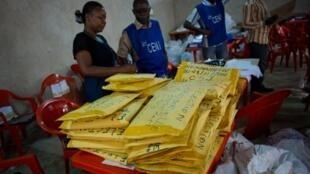 Em Lubumbashi, os membros da Comissão Eleitoral Independente contabilizam os resultados, antes de os enviar para o Supremo Tribunal de Kinshasa, a 8 de Dezembro de 2011.