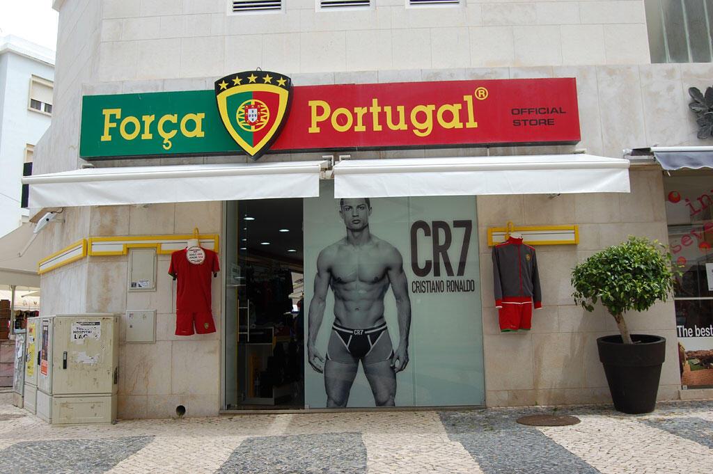 Cristiano Ronaldo pour le magasin merchandising MLD.