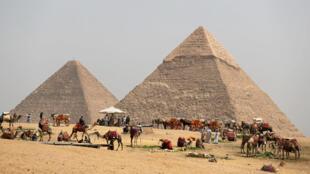 La pyramide de Khéops trône sur le plateau de Gizeh, dans la banlieue de la capitale égyptienne.