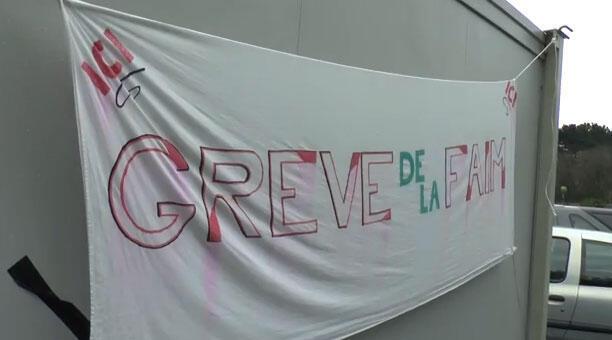 Cartaz na  entrada da fábrica de cigarros Seita de Carquefou, onde cinco pessoas mantém uma greve de fome há 11 dias em protesto pelo fechamento da fábrica.