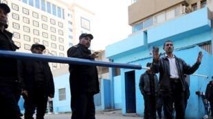 Des policiers postés devant la morgue où se trouve le corps de l'étudiant italien Giulio Regeni. Le Caire, le 4 février 2016.