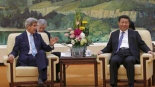 Chủ tịch Trung Quốc Tập Cận Bình (P) tiếp Ngoại trưởng Mỹ John Kerry, tại Bắc Kinh, 17/05/2015