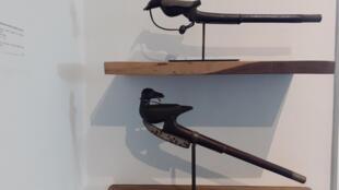 Deux récades zoomorphes à l'effigie d'oiseaux exposés au Petit musée de la Récade de Lobozounkpa. Don de Robert et Cheska Vallois, Paris, 2015.