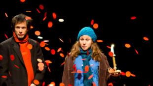 Les comédiens Clara Mayer et Camille de la Guillonnière dans la pièce «Tempête sous un crâne»