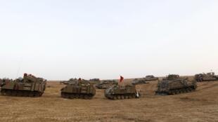 Des tanks et des véhicules de transport de troupes se positionnent près de la frontière avec Gaza, le 19 novembre 2012.