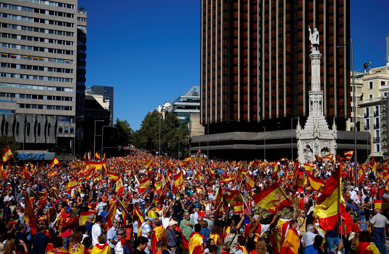 Des manifestants couverts de drapeaux espagnols, criant «vive la police espagnole, vive l'unité de l'Espagne!». Manifestation à Madrid, le 7 octobre 2017.