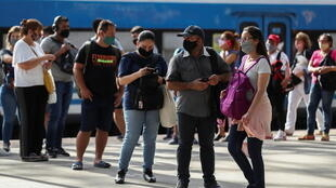 Argentinos aguardam trem na estação de Constitucion, em Buenos Aires. (08/01/2021)
