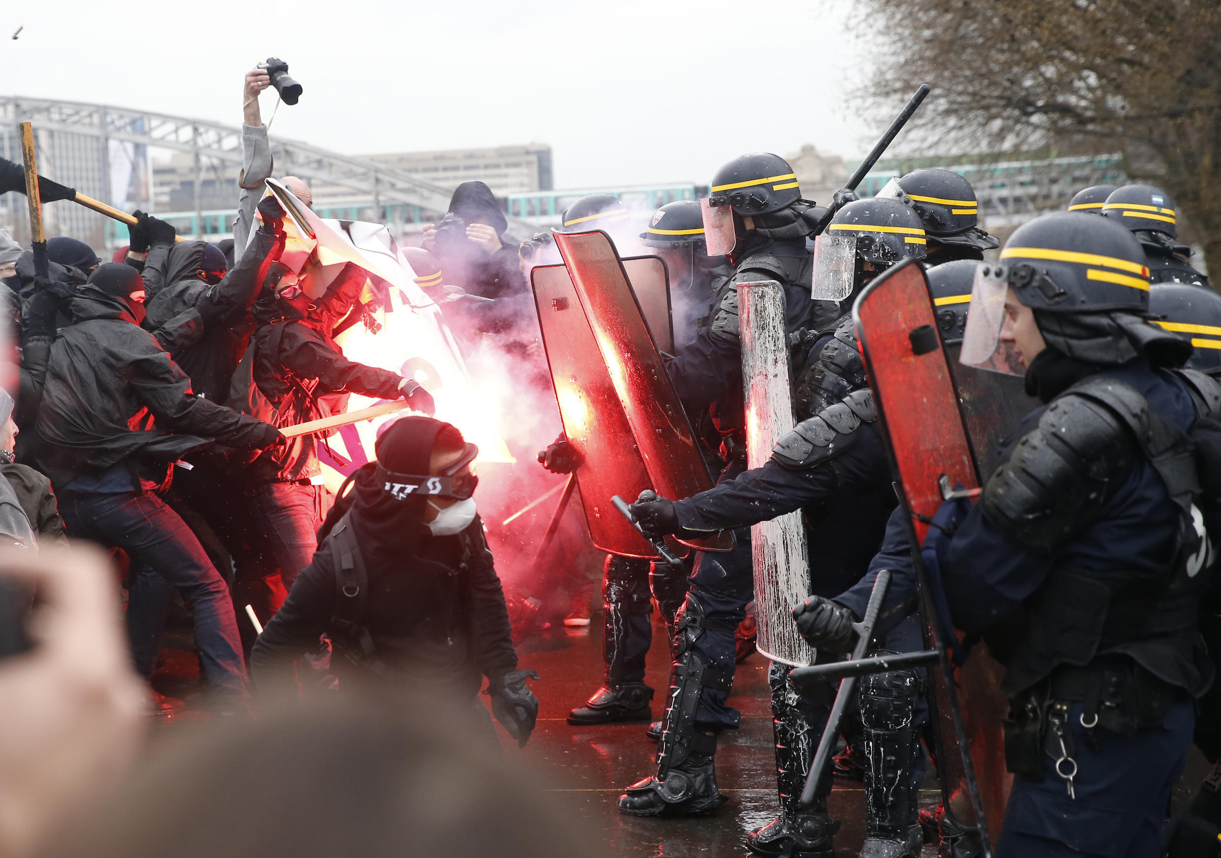 Police clash with protesters during  March 31  demonstration again the proposed labour law