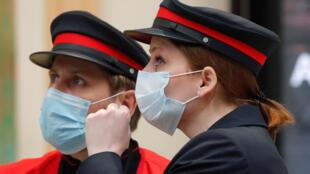 Des employées de la SNCF portant des masques à la gare Saint-Lazare, à Paris, le 11 mai 2020. Les masques sont préconisés pour réduire les risques de transmission du coronavirus par les gouttelettes.