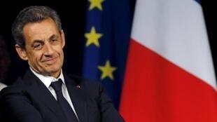 O namoro de Sarkozy com os eleitores FN não convence até no seu próprio campo.