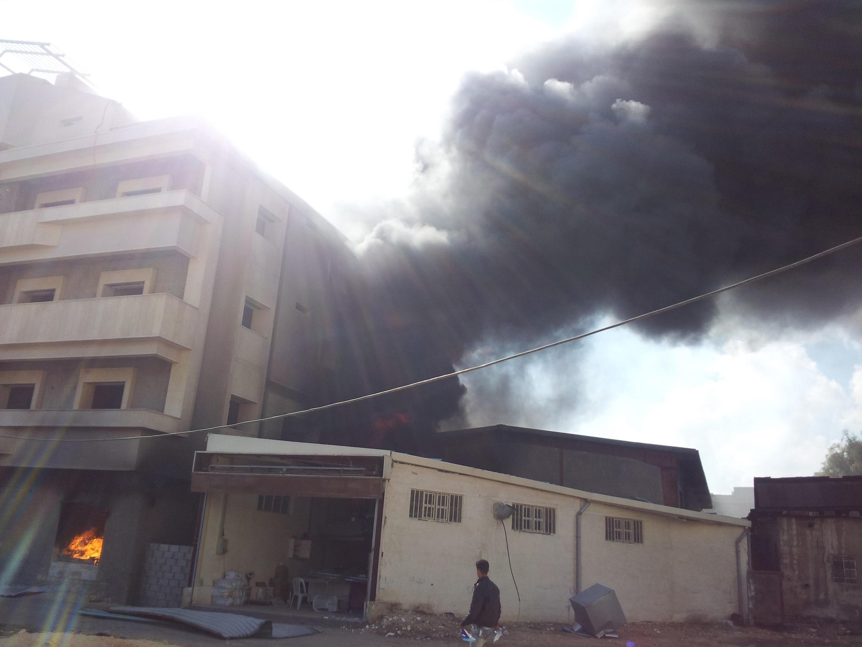Fumaça do que os rebeldes afirmaram ser um míssil da aviação síria em Erbeen, perto de Damasco, neste domingo; a trégua para a Festa do Sacrifício não foi respeitada pelas partes em conflito.