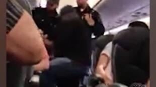 Homem é retirado à força de avião no aeroporto de Chicago