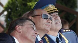В. Путин (в центре), вице-премьер С.Иванов (слева) и командующий ВВС России А.Зелин на салоне МАКС