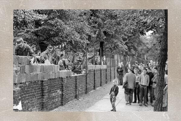 Des Berlinois de l'Ouest assistent à la construction du Mur de Berlin, le 15 août 1961.