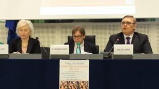 Ги Верхофштадт (в центре) и Михаил Касьянов в Европарламенте. Страсбург, 13 марта 2012
