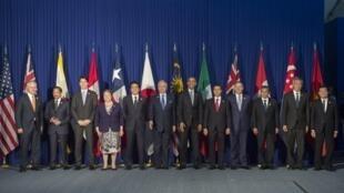 Ngày 18/11/2015, nhân diễn đàn kinh tế APEC tại Manila, tổng thống Mỹ chụp ảnh chung với lãnh đạo các nước tham gia TPP.