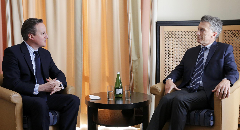 Primeiro-ministro britânico David Cameron (esq.)conversa com o presidente argentino Mauricio Macri, em Davos, durante o Fórum Econômico Mundial , em 21 de janeiro de 2016.