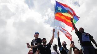 El cantante Ricky Martin agita una bandera LGBT con la estrella puertorriqueña. El 22 de julio de 2019. Manifestación contra el gobernador Roselló.