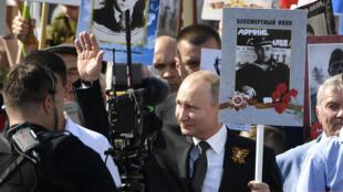 Путин заявил, что до последнего пытался сделать так, чтобы акцию в этом году провели. Но в итоге не получилось. На фото: «Бессмертный полк»-2019.