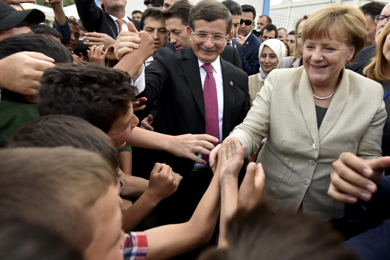 默克尔在土耳其总理陪同下访问Nizip难民营