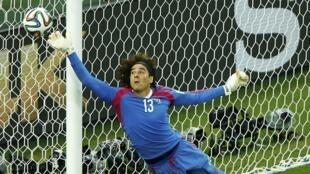 O goleiro mexicano Guillermo Ochoa foi a grande estrela do jogo do Brasil contra o México em Fortaleza.