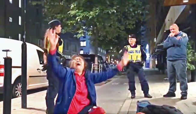 圖為網傳中國曾姓遊客母親坐地哭喊視頻照片