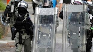 图为香港警方2019年10月13日与示威者对峙