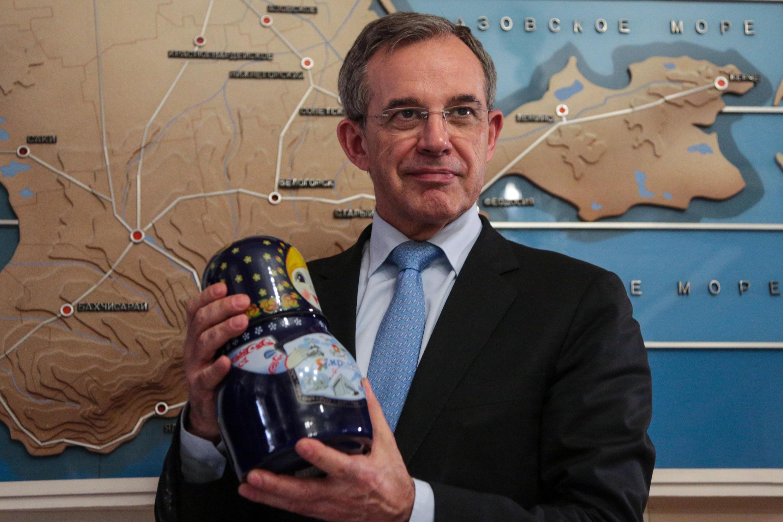 Тьерри Мариани в Крыму в ходе прошлогодней поездки на полуостров наградили медалью и матрешкой, 14 марта 2019 года.