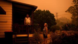 Moradores de Nowra se preparam para deixar a região, mas alguns insistem em ficar em casa, apesar dos incêndios se que aproximam.