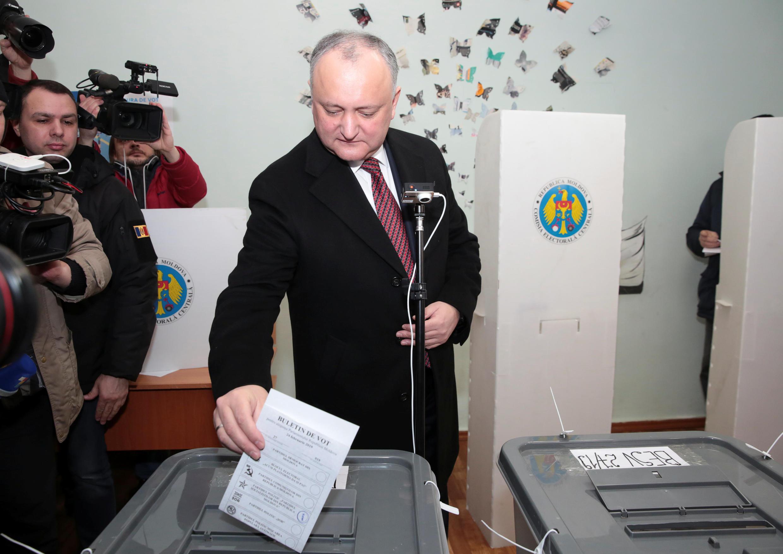 Президент Молдовы Игорь Додон голосует на парламентских выборах 24 февраля 2019