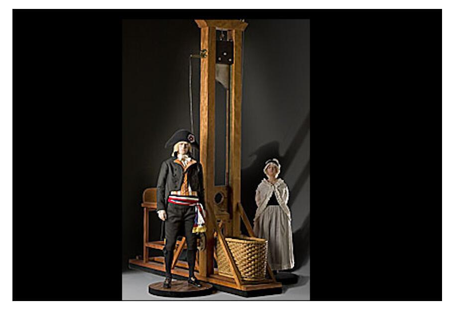 La guillotine typique: les deux montants verticaux, reliés par une traverse, comportent une rainure dans laquelle coulisse le couperet maintenu en haut par une corde et qui glisse dans la lunette maintenant la tête.