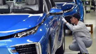 Công nhân Toyota Motors kiểm tra sản phẩm