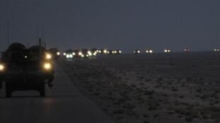 Un convoi de brigades de combat américaines quitte l'Irak par la frontière koweitienne, le 16 août 2010 au petit matin.