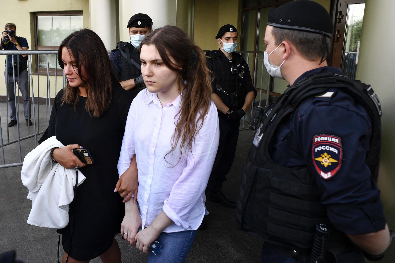 Анна Павликова на выходе из Люблинского райсуда 6 августа 2020