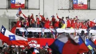La selección chilena fue a agradecer a sus hinchas, este 4 de julio, ante el Palacio de gobierno.