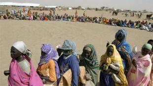 Distribution de nourriture par le Programme alimentaire mondial (PAM) dans le camp de Kalma, près de Nyala au Sud-Darfour.