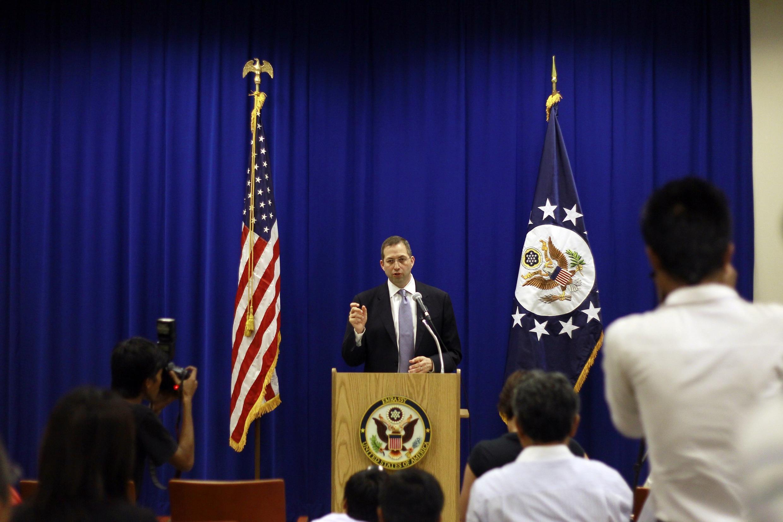 Đại sứ Mỹ Dereck Michell tại Miến Điện họp báo về trợ giúp nhân đạo cho bang Rakhine, ngày 19/10/2012