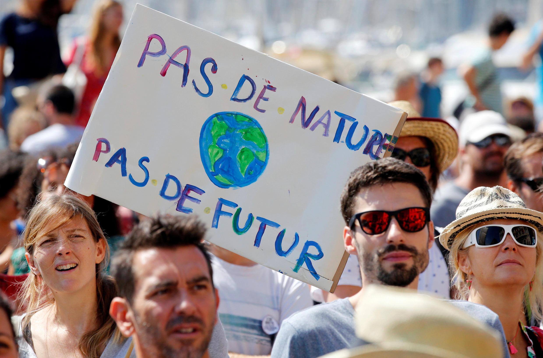 """2018年9月8日世界各地百餘座城市舉行民間集會活動,呼籲政府採取行動,應對氣候變暖。圖為法國南部城市馬賽街頭的遊行活動。標語牌上寫着:""""沒有大自然,就沒有未來""""。"""
