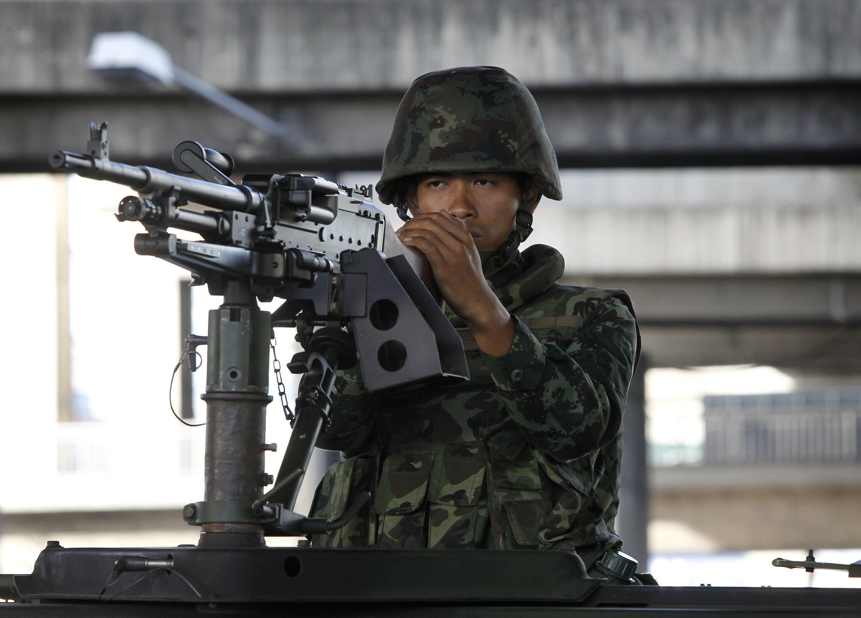Un militar tailandés en el centro de Bangkok tras la instauración de la ley marcial, este 20 de mayo de 2014.