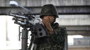 Soldados ocupam as ruas da capital da Tailândia.