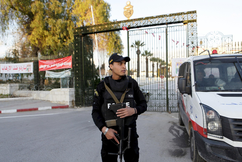 Un policier monte la garde à l'extérieur du musée du Bardo à Tunis, le 8 Avril 2015.