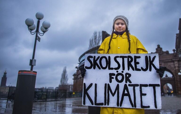 """A adolescente sueca Greta Thunberg, 16 anos, com seu famoso cartaz""""Greve da Escola pelo Clima"""", em frente ao Parlamento, em Estocolmo."""