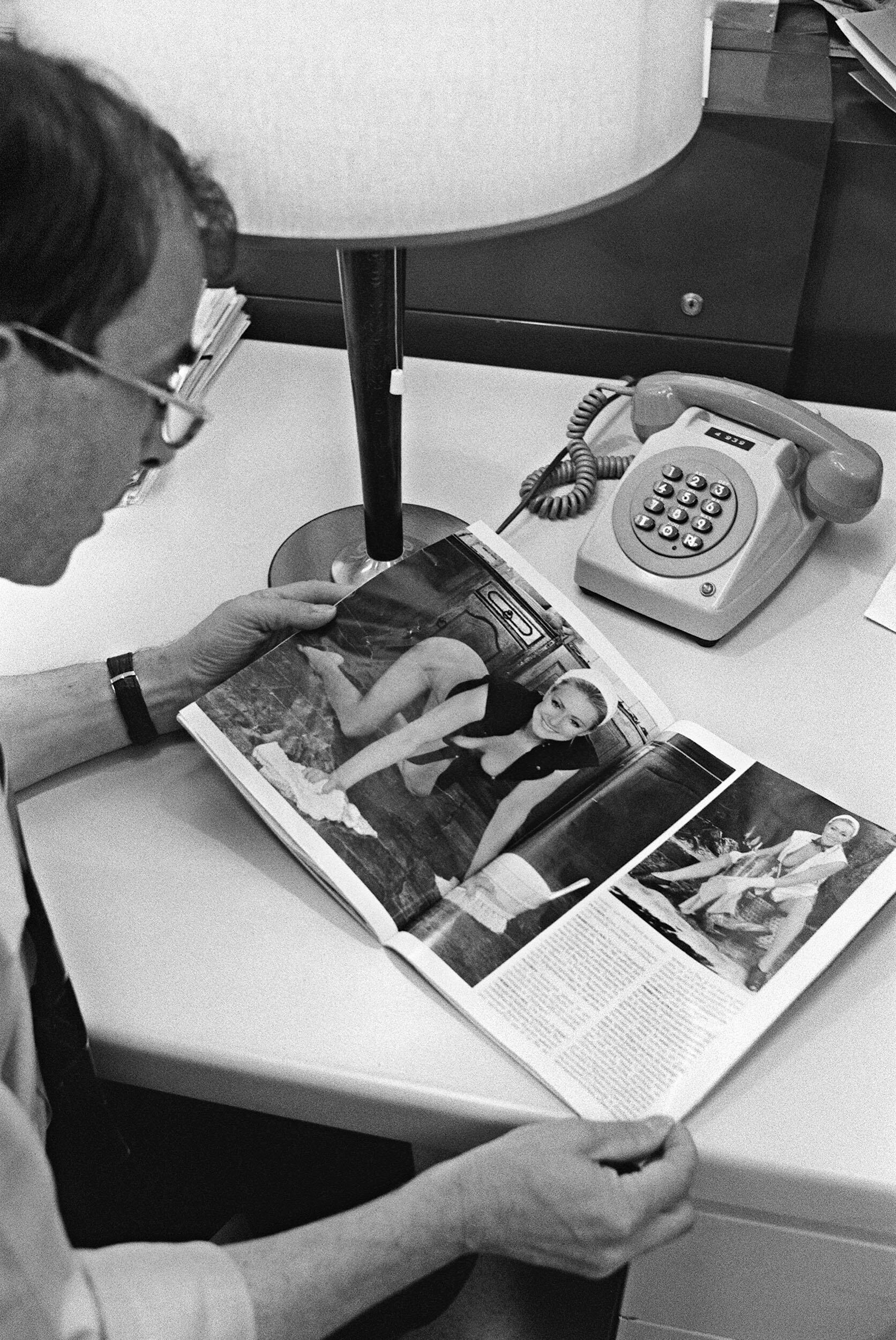 """Um leitor da revista """"Playboy"""" com a edição de 10 de junho de 1987, em que Pierrette Lalanne, ex-mulher de Jean-Marie Le Pen, teve chamada de capa."""