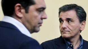 Waziri Mkuu wa Ugiriki Alexis Tsipras (mgongo) na waziri wake mpya wa fedha Euclid Tsakalotos, Julai 6, katika mji wa Athens.