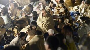 日本九州发生地震,许多居民从楼中撤到街上。
