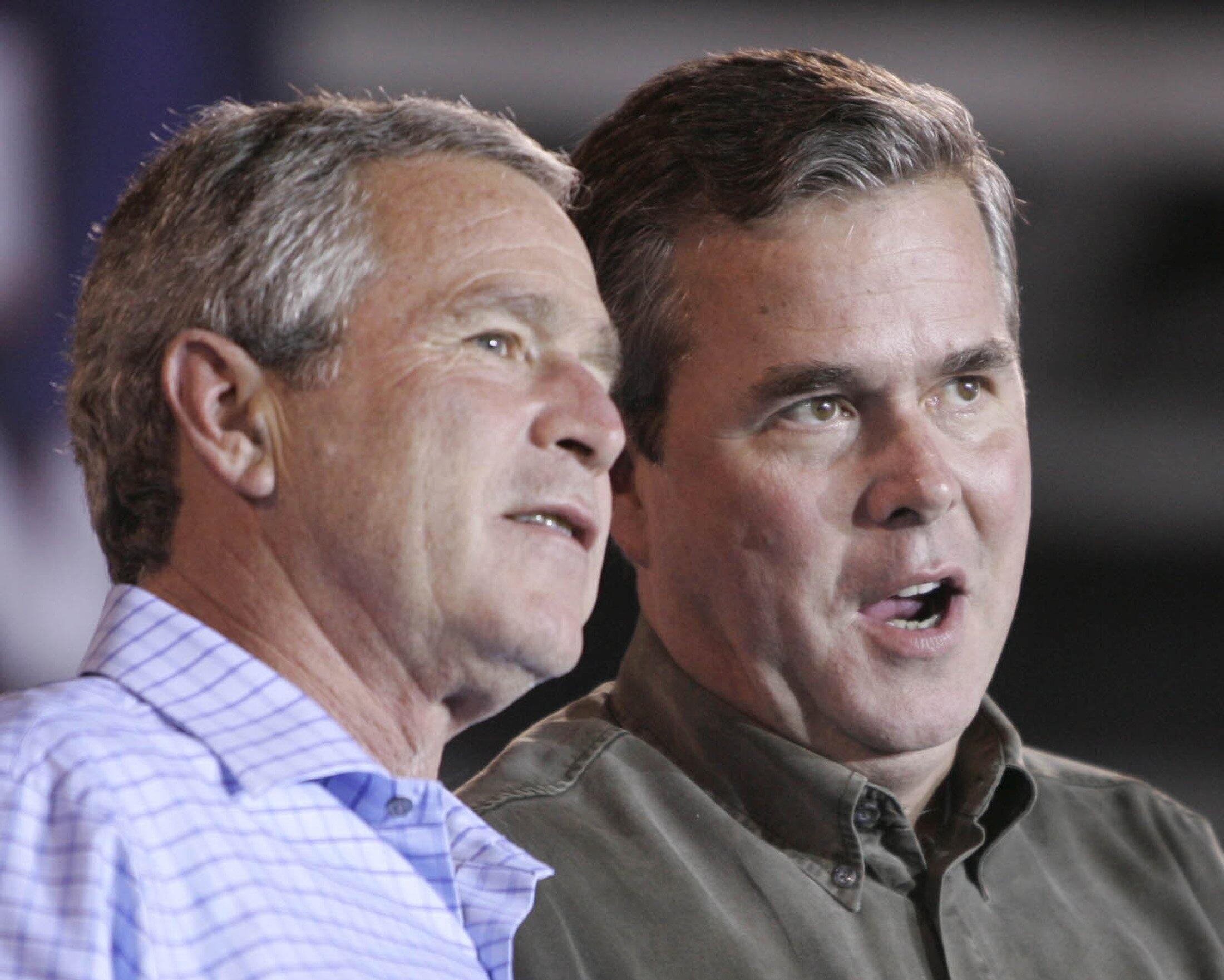 O candidato republicano Jeb Bush (à direita) com irmão e ex-presidente norte-americano George W. Bush.