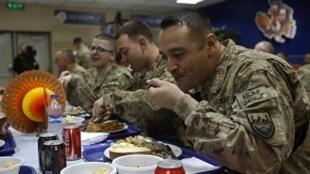 Des soldats américains fêtant Thanksgiving dans une base de l'Otan à Kaboul, le 27 novembre 2014.